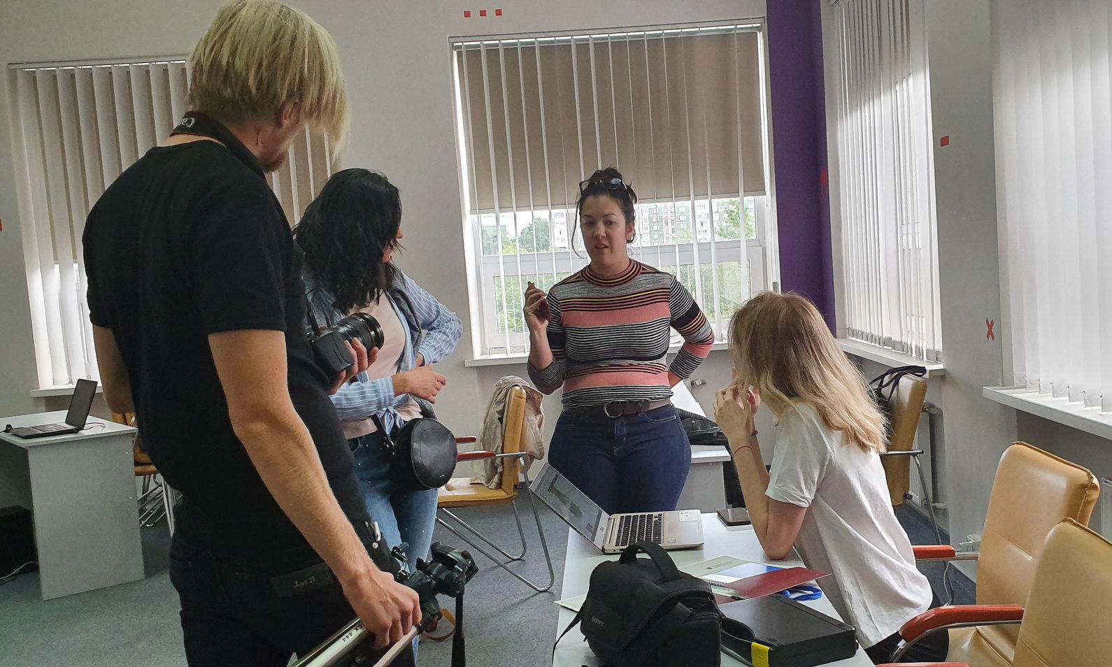 TeilnehmerInnen der International School of Multimedia Journalism 2019 in einem Klassenzimmer diskutieren während der Projektarbeit.